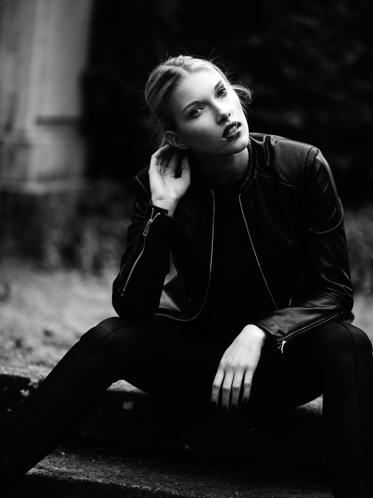 Fashion Editorial Dark Autumn Herbst Lederjacke Schwarzweiss