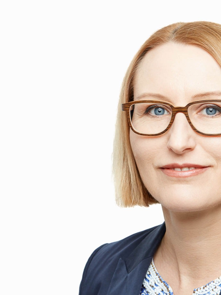 Businessportrait Headshot Frau im Studio hell