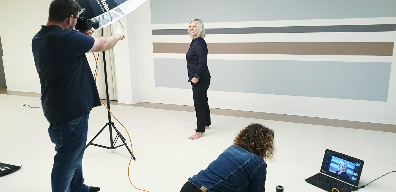 Björn Vilcens erstellt Businessportraits von einer Frau vor einer bunten Wand Blick hinter die Kulissen Behind the Scenes