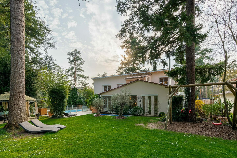 Immobilienfotografie eines Wohnhauses einer Villa im Sonneuntergang