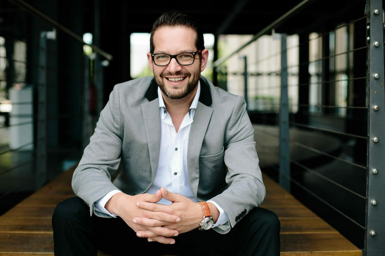 Businessfoto von lächelnden Manager sitzend auf einer Treppe