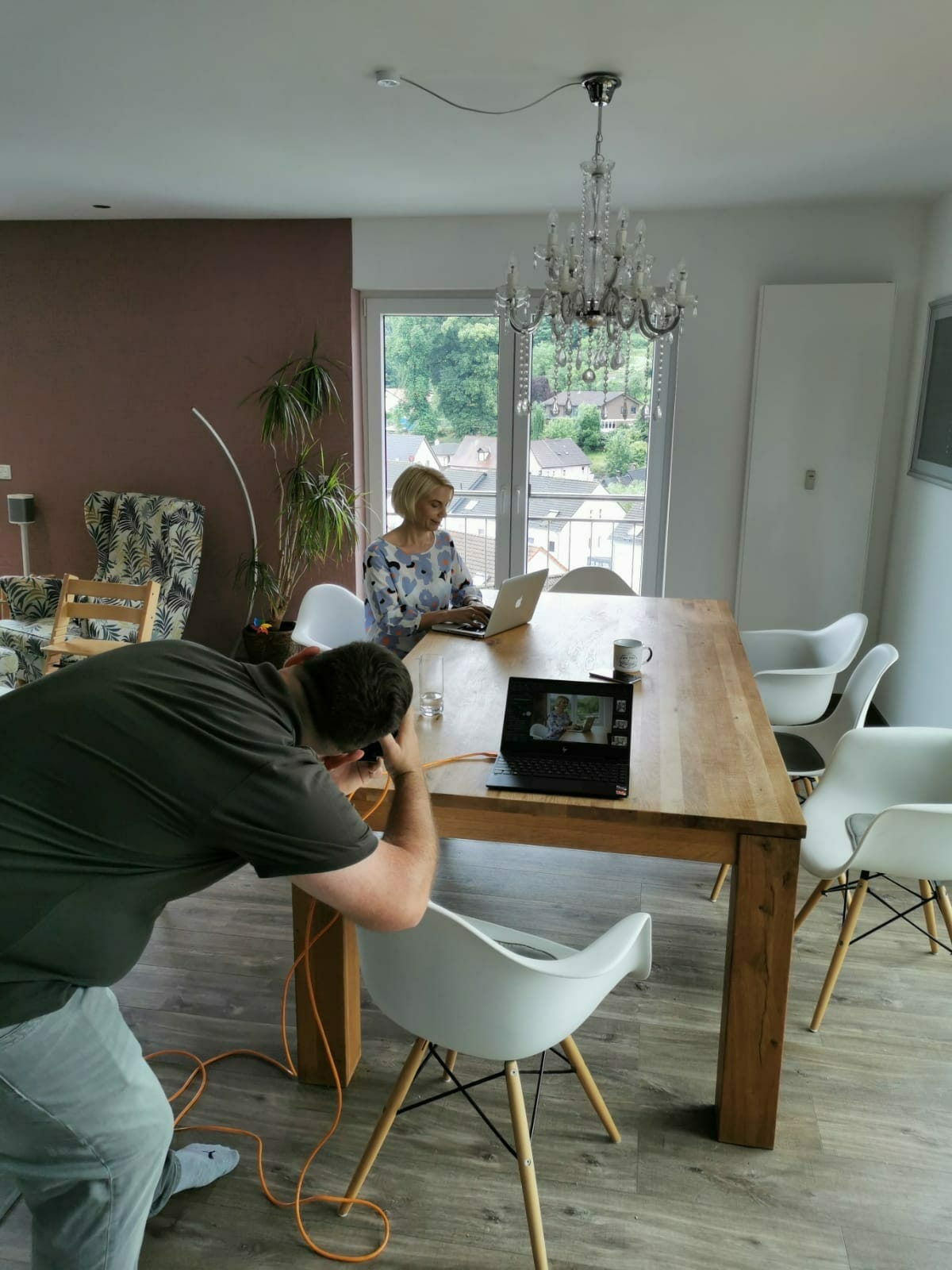 Businessfotograf bjoern vilcens bei der Arbeit Fotos einer Unternehmerin arbeitend am Tischbehind the scenes businessportraits