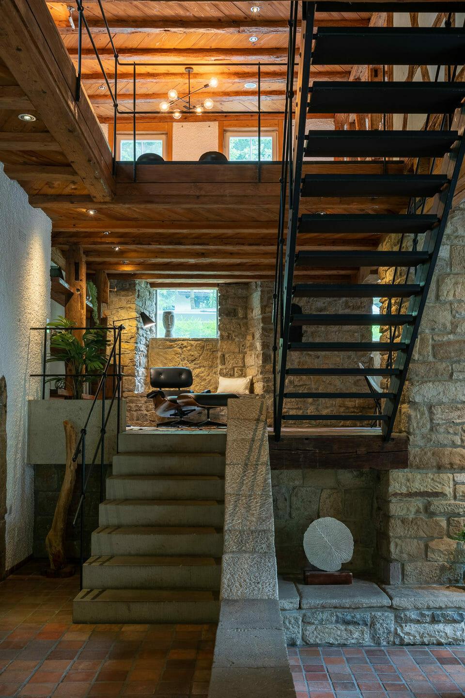 Interiorfotografie offenes treppenaus in einer alten muehle