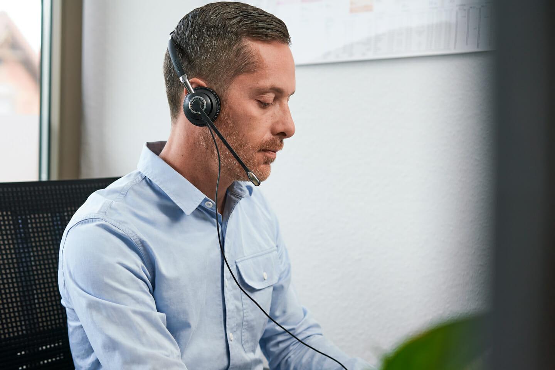 bussinessfotografie mitarbeiterfotografie arbeitsreportage mitarbeiter mit headset bei der arbeit