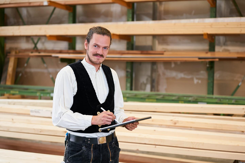 Imagefoto Karlsruhe Handwerker Zimmermann mit Tablet vor Holz