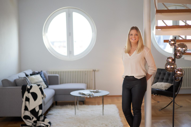 Businessportrait-Homestaging-Imagefotografie-Homestagerin an Säule gelehnt.