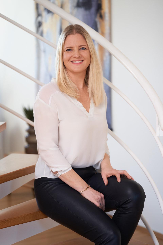 Businessportrait Homestaging Imagefotografie Homestagerin sitzend auf Treppe